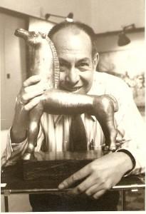 González Goyri junto a una de sus esculturas