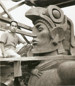 Durante la ejecución del monumento a Tecún Umán, 1964
